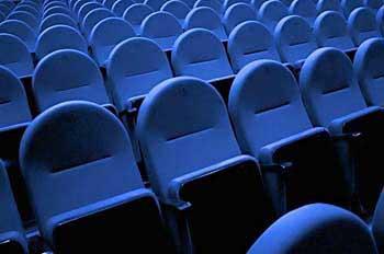 ¿Puedo consumir palomitas y bebidas en el cine traídas de fuera?