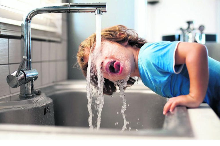 Pedir agua de grifo en un restaurante