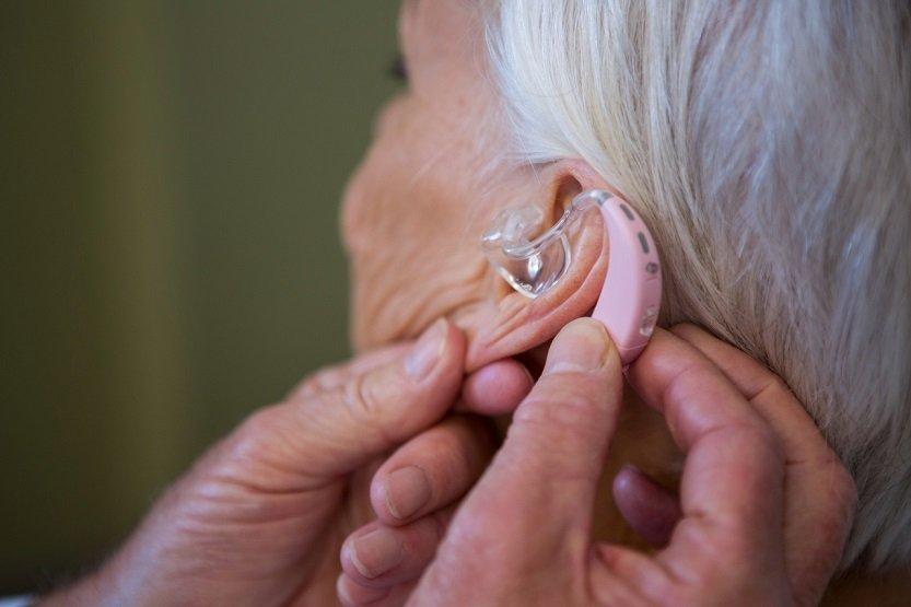Cómo vivir con audífonos: conoce cuáles son las etapas de adaptación