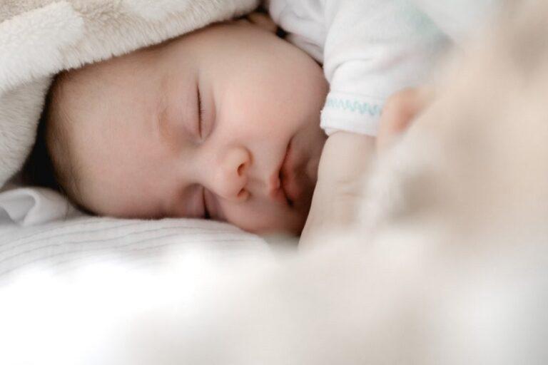 Bebé durmiendo Peter Oslanec Unsplash