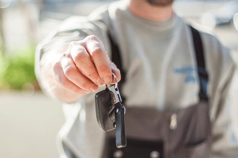 Compra un coche nuevo defectuoso y no paga a la financiera
