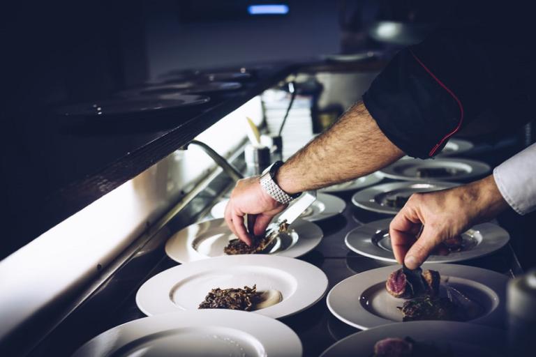 Cocina cocinero manipulador de alimentos restaurante