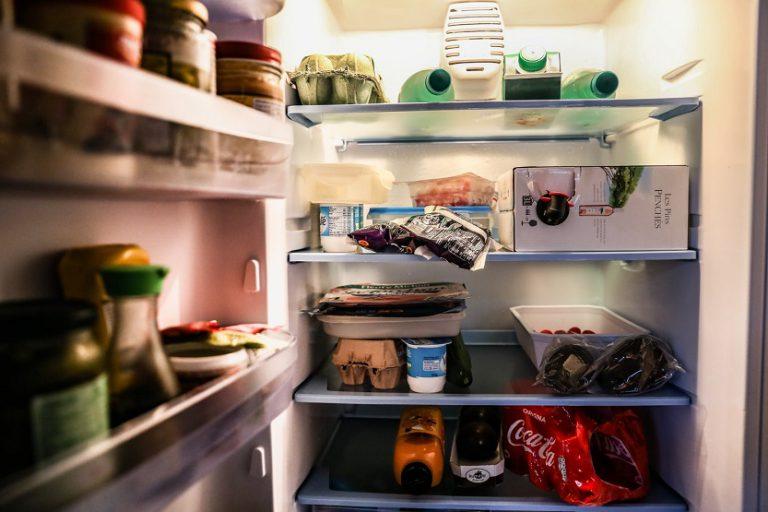 Interior de frigorífico comida alimentos