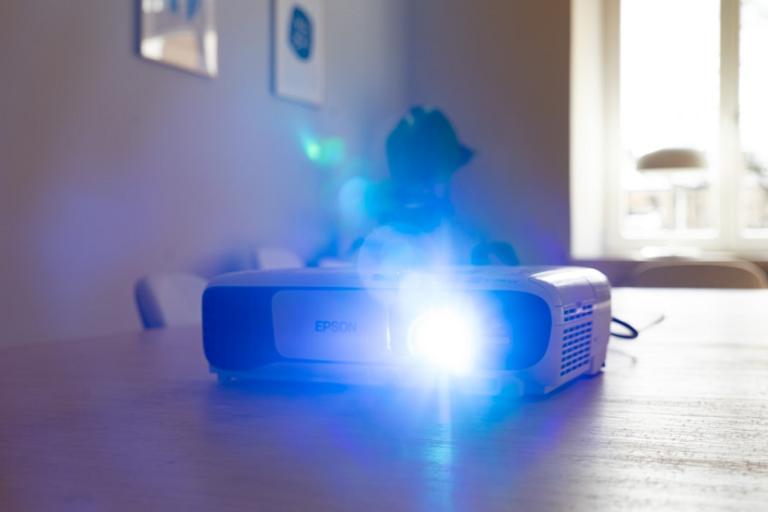 Mini proyector Epson (Yolk CoWorking Unsplash)