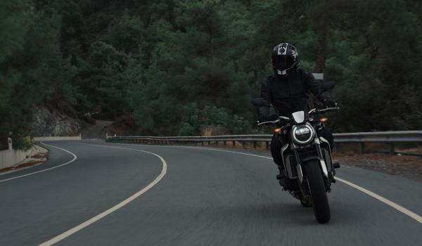 ¿Conviene cambiar la batería de la moto tú mismo?