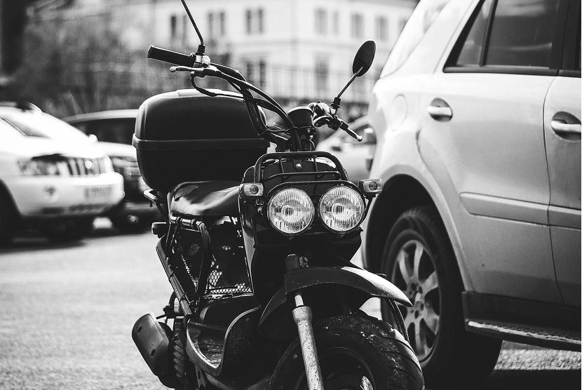 Asegurar coche y moto juntos o por separado: qué es mejor