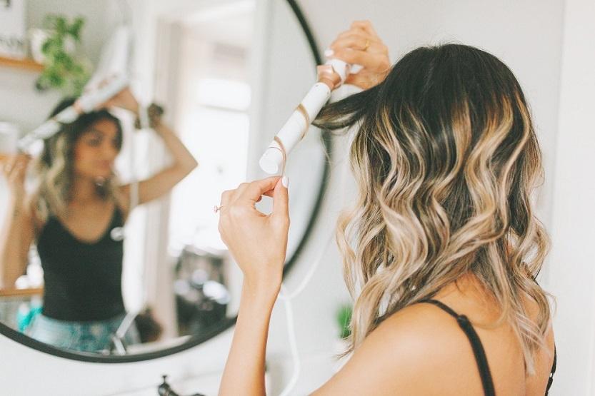 Mujer con rizador de pelo