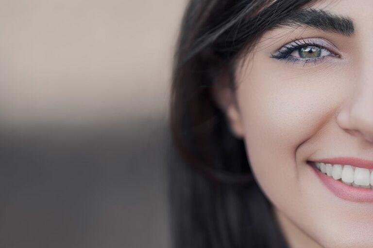 Mujer con sonrisa (Mehran Hadad Unsplash)