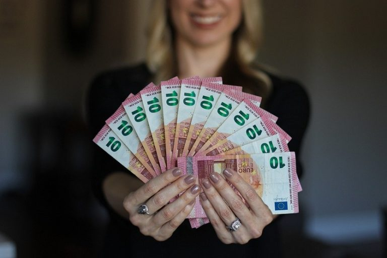 Mujer dinero