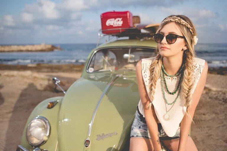 Mujer y coche en la playa