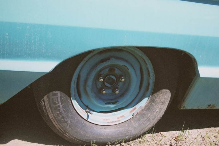 Neumático viejo (Gold Chain Collective Unsplash)