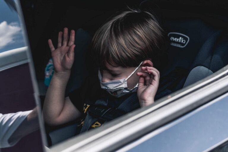 Niño en coche (John Benitez Unsplash)