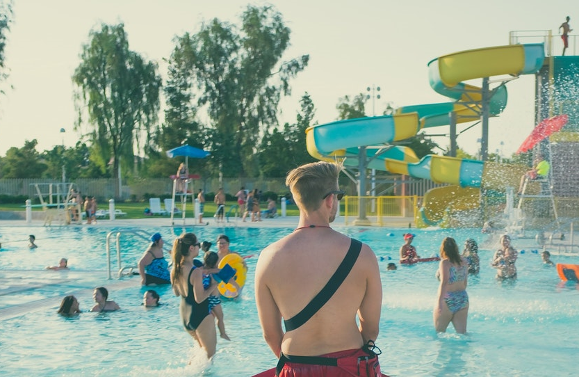 Personal a cargo de un parque acuático según la normativa
