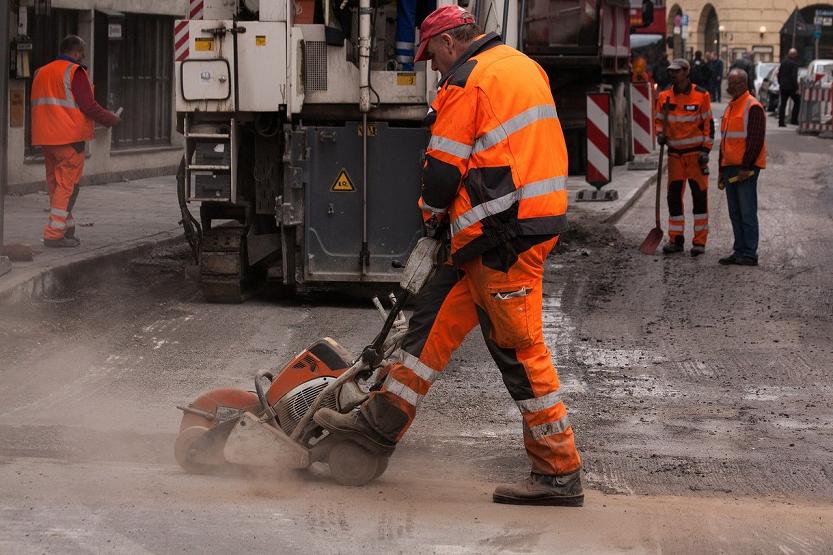 Chaquetas y pantalones impermeables para evitar riesgos laborales en trabajos de exterior