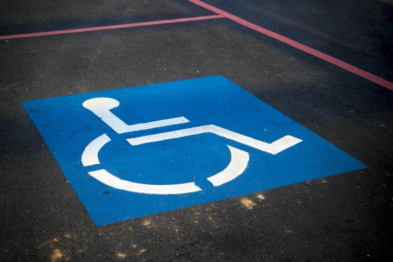 Silla de ruedas PMR aparcamiento adaptado