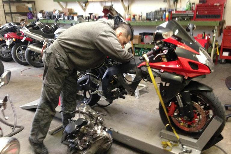 Qué es la placa-distintivo de los talleres de reparación de motos