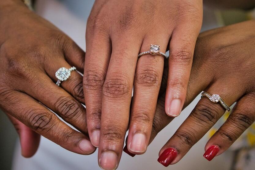 Tipos de anillos de compromiso según engaste