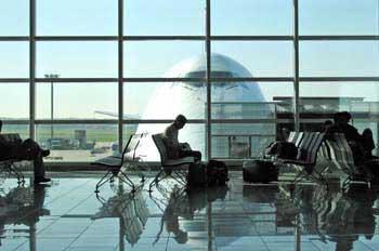 """La OCU logra que un juez declare nulas ocho cláusulas de Ryanair por """"abusivas"""""""