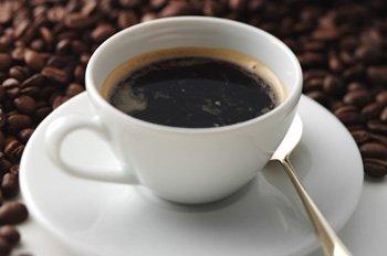 ¿Me pueden cobrar en una cafetería por el hielo de mi café?