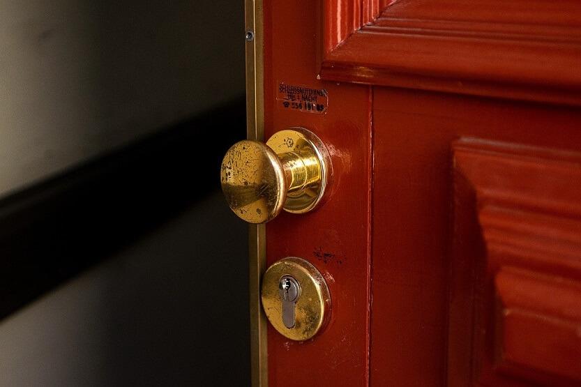La cerradura para mejorar la seguridad de la puerta principal