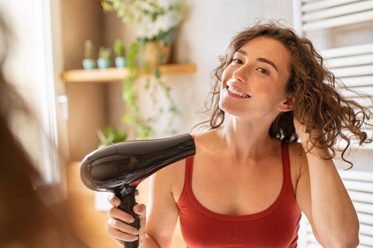 Mujer con secadora de pelo