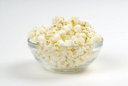 Cuenco lleno de palomitas de maíz, cristal, vajilla