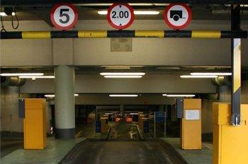 Si entro en un parking público y salgo inmediatamente sin estacionar, ¿estoy obligado a pagar el ticket?