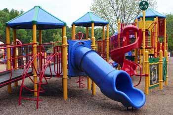 Qué requisitos de seguridad deben cumplir los parques infantiles